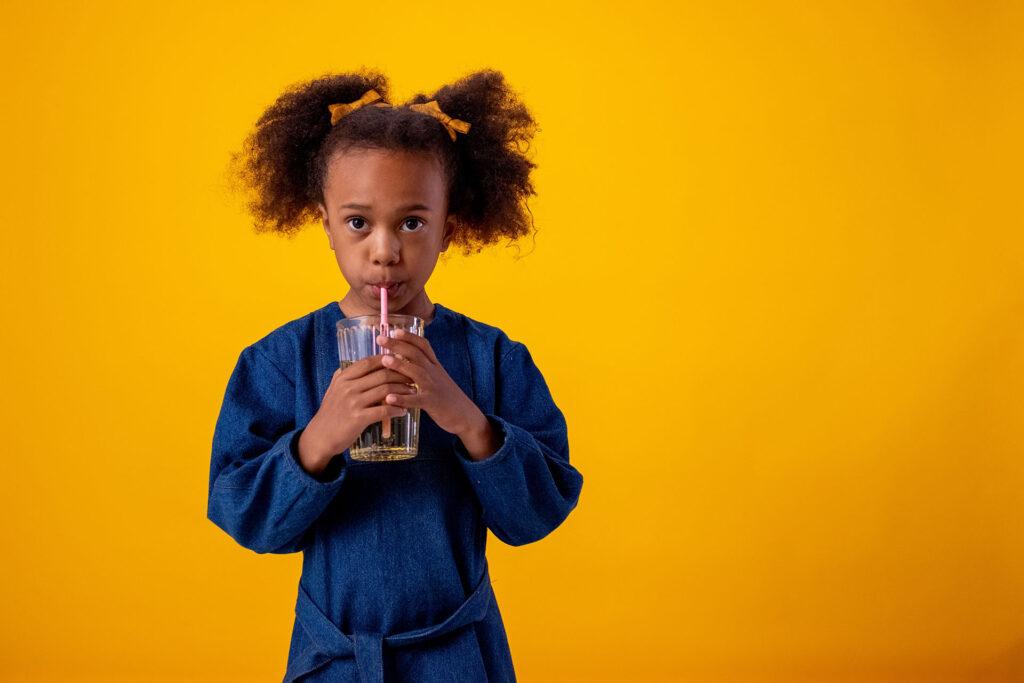 ¿Cuánta agua deben beber los niños a partir del año?